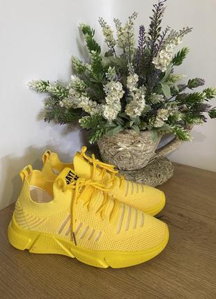 Жёлтые кроссовки