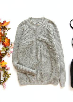 Свободный свитер с бусами
