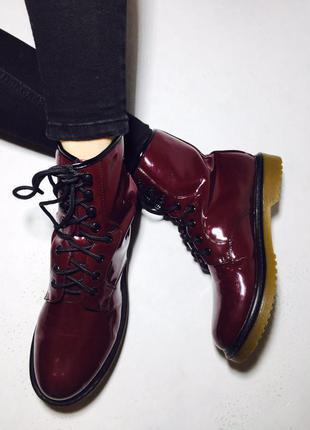 Очень стильные лаковые боты ботинки на шнуровках