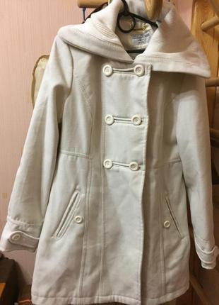 Фирменное пальто белого цвета размер 121