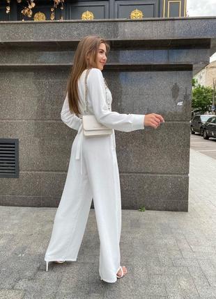Стильный лёгкий костюм с широкими штанами и рубашкой на завязках.