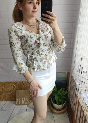 Нежная натуральная блуза на запах в цветочный принт от clock house
