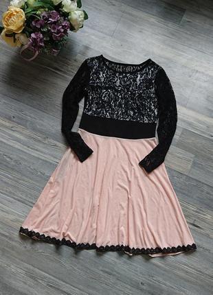 Красивое платье с элементами черного кружева р.s/m