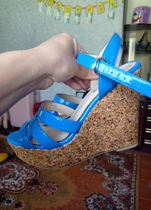 Босоножки лаковые синие