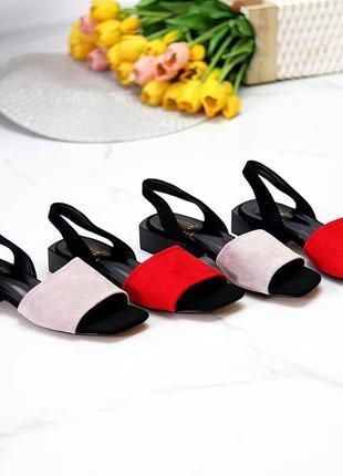 Женские стильные босоножки на низком каблуке серые красные