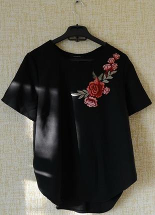 Стильная блуза с вышивкой и вырезом на спине