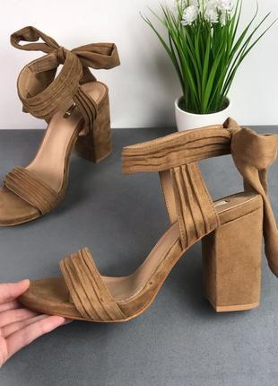 Босоножки на завязках коричневые, на толстом каблуке