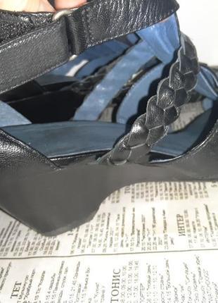Кожаные черные босоножки на танкетке бренда caprice 38 р ( евр 5). по стельке 24,8 см. скидка 40 % .