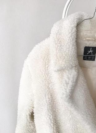 Класне біле тепле пальто