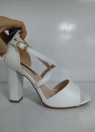Женские босоножки на каблуке модельные