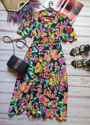 Яркое летнее легкое цветочное платье с разрезами и широкими рукавами
