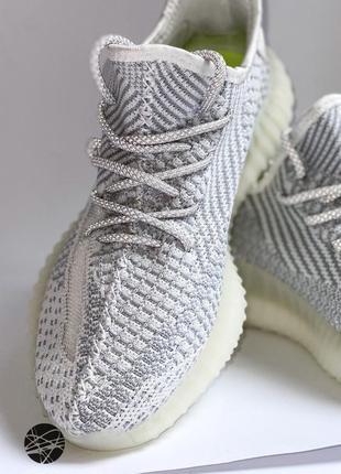 Легкие кроссовки на шнуровке