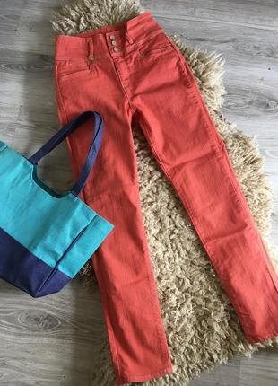 Яркие джинсы с высокой талией