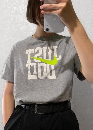 Серая футболка nike