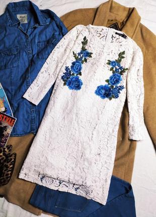 Boohoo платье белое гипюровое кружевное прямое трапеция голубые цветы вышивка