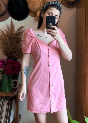 Красива рожева сукня з пишними рукавами