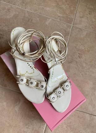 Белые босоножки на завязках на низком каблуке