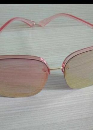 Солнцезащитные очки розового цвета