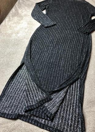 Женское платье в рубчик с нитью люрекса и секуальными вырезами по ножке