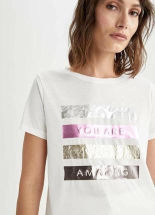 Белая женская футболка defacto  дефакто с розово-золотисто-серебристым ажурным принтом