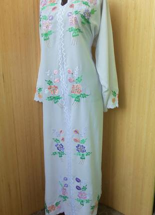 Нарядное длинное  платье с цветочной вышивкой в этно стиле бо-хо