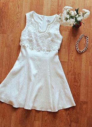 Молочное шикарное кружевное платье праздничное
