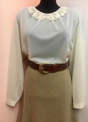Нежная английская блуза из тонкого трикотажного материала молочного цвета