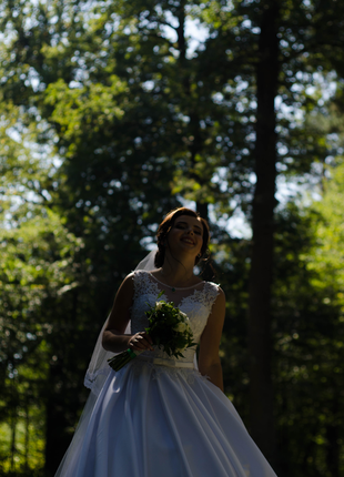 Шикарное свадебное платье белое атлас