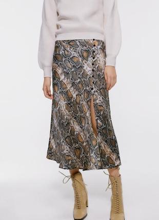 Атласная шeлковая юбка zara в змeиный принт с разрeзом