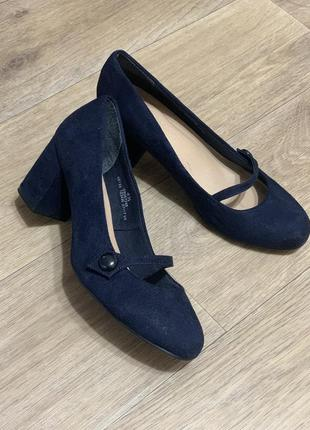 Нарядные аккуратные туфли