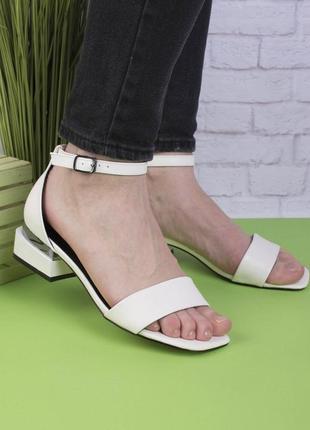Женские белые босоножки на каблуке1 фото