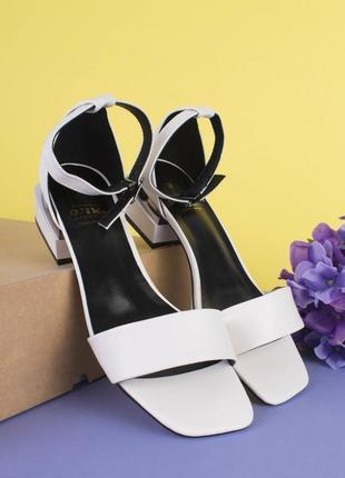 Женские белые босоножки на каблуке2 фото