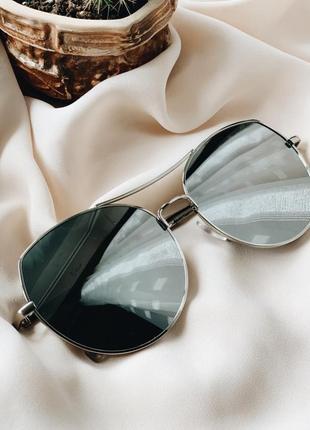 Стильные зеркальные очки в серебристом цвете2 фото