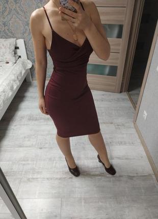 Красивое бордовое платье миди