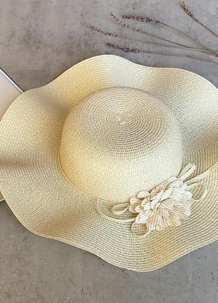 Соломенная шляпа с волнистыми полями средней ширины margo в бежевом цвете