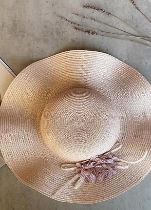 Соломенная шляпа с волнистыми полями средней ширины margo в пудровом цвете