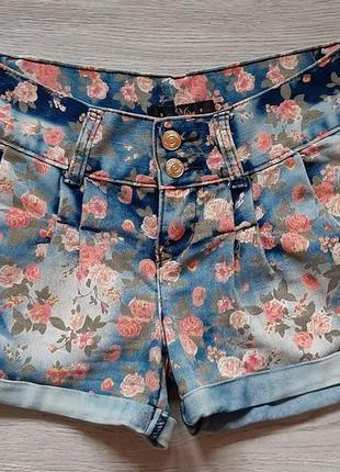 Шорты джинсовые в цветочный принт miso.
