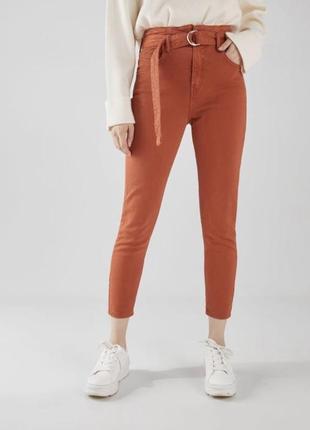 Оранжеві джинси висока посадка з поясом bershka