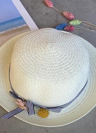 Cоломенная панама mi-mi кремового цвета с лентой и элементом декора в виде цветов