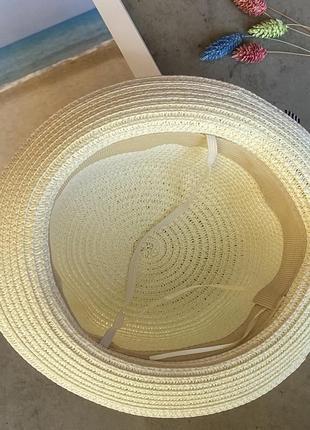 Cоломенная панама mi-mi кремового цвета с лентой и элементом декора в виде цветов2 фото