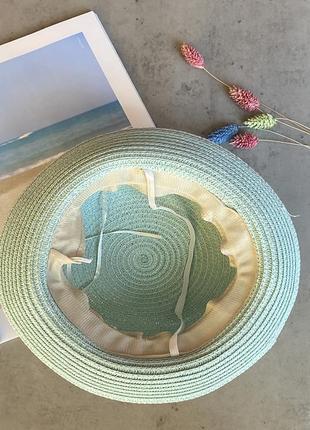 Cоломенная панама mi-mi мятного цвета с лентой и элементом декора в виде цветов3 фото