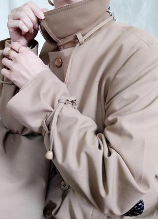 Базовый винтажный тренч плащ в актуальном оттенке