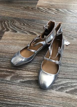 Новые серебристые серебрянные лакированные лаковые туфли балетки с молнией сзади от next