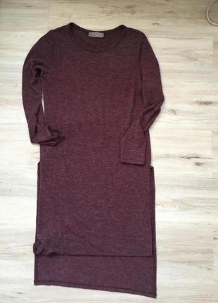 Удлинённый марсальный свитер с разрезами по бокам