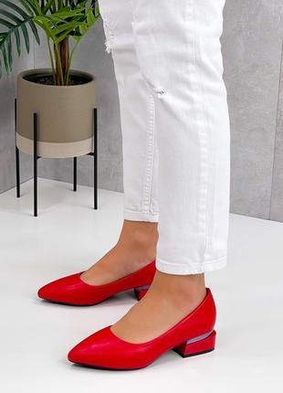 Яркие красные женские туфли  leona