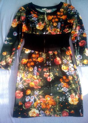 Яркое теплое уютное  платье в цветочный принт на молнии