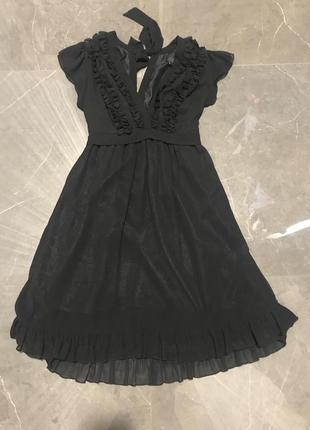 Актуальное чёрное платье на завязках
