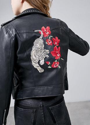 Шикарная куртка косуха с вышивкой stradivarius  stradivarius
