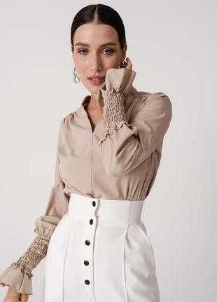Свободная бежевая блуза