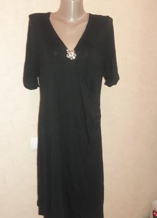 Платье трикотажное с красивой брошью!
